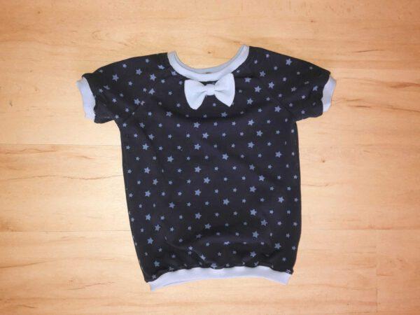 dunkelblaues T-Shirt für Kinder mit hellbauer Fliege