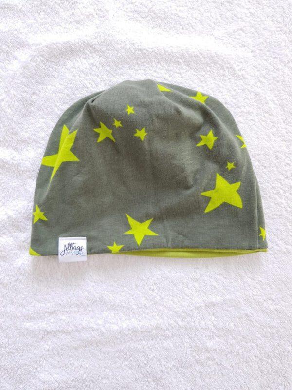Beanie in olivgrün mit Sternen
